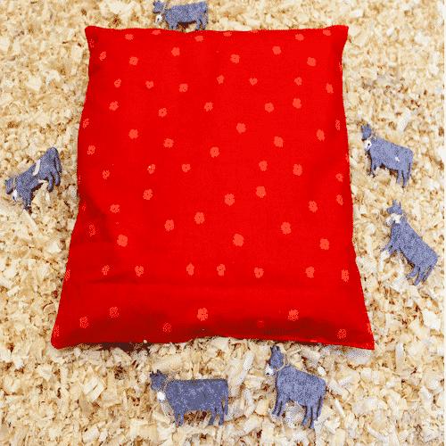 Zirben-Kopfkissen rot mit kleinen Blümchen von oben