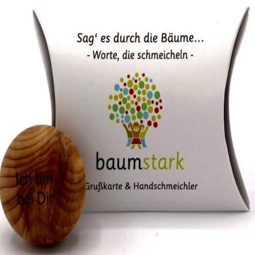 Grußkarte - Box mit Handschmeichler Eibe - Vorderseite - Geschenk aus Holz